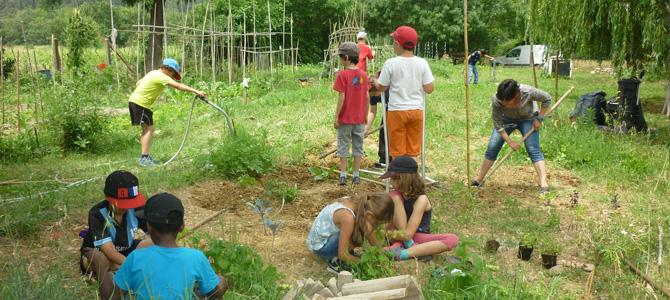 Entretien du jardin de l'école Paul Crouzet de Prades-le-Lez avec  avec des éléves de primaire