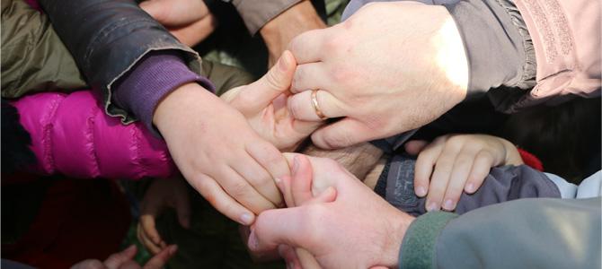 Jeu coopératif du nœud humain entre des enfants de l'Accueil de Loisirs de l'Écolothèque et leurs parents lors d'une matinée parents