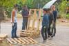 4 agents se forment à la construction d'un fauteuil en palettes