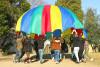 des agents éducatifs jouent avec le jeu du parachute