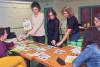 des agents expliquent les nouvelles consignes de tri et montre les objets zeo déchets