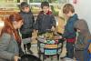 Une animatrice et quatre enfants sont autour d'un vermicomposteur