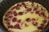 Clafoutis aux cerises dans un plat