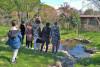 Un groupe d'enfant de dos observent la mare de l'Écolothèque