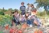 7 enfants posent avec des courges et leur matériel de tournage