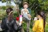 Un animateur et 2 enfants font de la musique avec des intuments fabriqués à partir d'éléments naturels ou recupérés