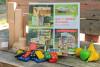 L'ouvrage en gros plan est disposé sur un fauteuil en palettes avec des jouets en bois autour