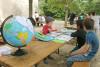 Un enfant explique aux autres la dérive des continents