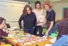 5 agents observent des cartes sur les matières premières et tous les outils pédagogiques traitent de la réduction des déchets