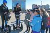 deux passants sont interrogés par un groupe d'enfants sur le tri sélectif