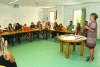 Les animateurs sont réunis pour écouter les objectifs de la directrice