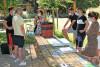 Des agents écoutent en extérieur, une animatrice expliquant l'utilisation d'un vermicomposteur
