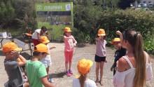 Des enfants et une animatrice miment la course du Soleil