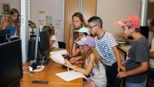 Des enfants écrivent un texte en médiathèque