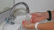 Les mains d'un enfants sous l'eau d'un robinet