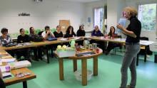 Une animatrice présente un outils pédagogique sur l'alimentation