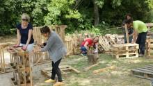 Des agents des communes de la Métropole construisent des meubles en bois de palettes