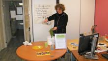 Un agent fait des démonstrations sur les moyens d'économiser de l'eau en nettoyant une salade