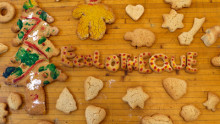 Biscuits de différentes formes (bonhomme, cœurs, étoiles, sapins, lettres formant le mot Écolothèque...) disposés sur une table en bois