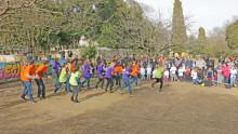 L'équipe pédagogique entame une danse devant les familles