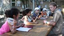 Interview par les enfants d'un agent su secteur agricole de l'Écolothèque lors d'une classe à la semaine
