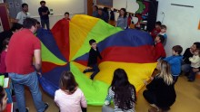 Enfants et parents jouant au jeu du parachute