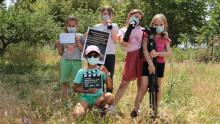 5 enfants posent avec leurs accessoires de tournage : prompteur, clap, trépied, fiches...