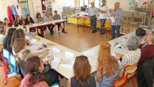 une vingtaine de participants dans une salle écoutent assis les 3 intervenants parler de leur projet de lutte contre le gaspillage alimentaire