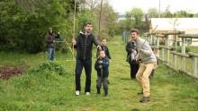 Des enfants et leurs parents accompagnés d'un animateur collectent et transportent des cannes de Provence
