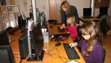 Des enfants écrivent leur article en médiathèque