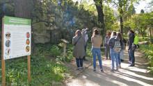 Un groupe écoute l'animateur du Jardin des Plantes