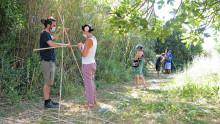 Des agents confectionnent un tripode avec des cannes de Provence