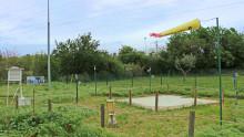 Station météorologique avec une manche à air, un pluviomètre, un cadran solaire, des anémomètres et d'un abri Stevenson
