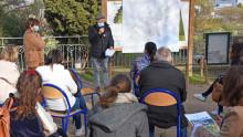 Un élu parle devant une carte de la métropole et s'adresse à un groupe