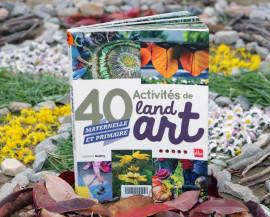 Un livre sur le land art est mis en scène devant une oeuvre éphémère