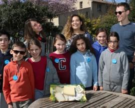 Un groupe d'enfants montre les fromage qu'ils ont achetés
