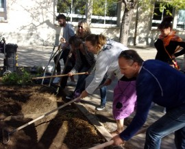 """Préparation du sol avec des outils de jardinage lors de l'atelier pédagogique """"démarrer un jardin"""" du programme ÉcoMétropole à Fabrègues"""
