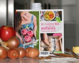 Livre avec des ingrédients de cuisine