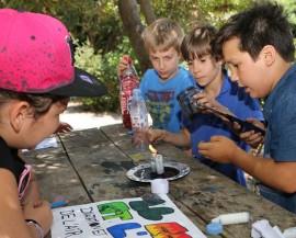 Des enfants font des expériences avec une bougie