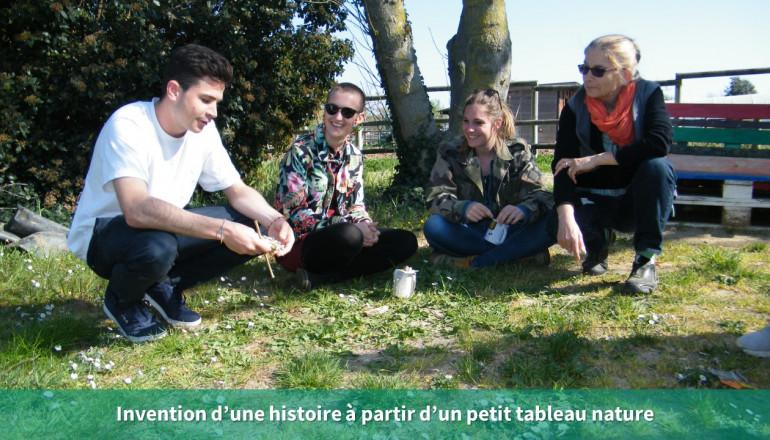 3 personnes écoutent une personne raconter une histoire à partir d'un petit tableau réalisé à partir d'éléments naturels