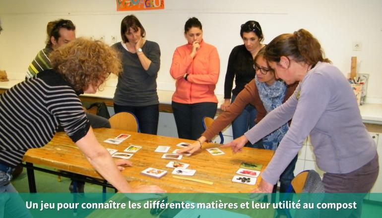 7 personnes manipulent des cartes de différents déchets