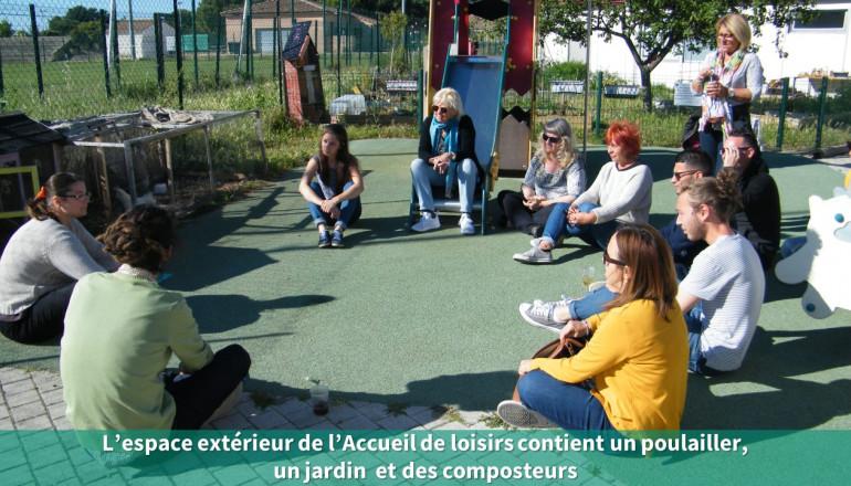 Un groupe discute dans la cour de récréation
