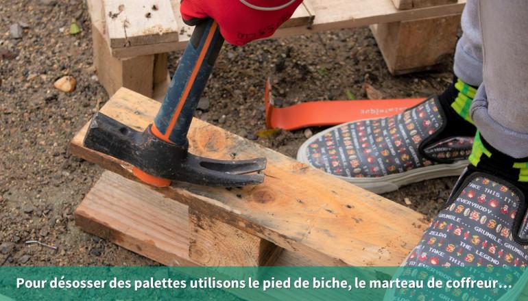 Pour désosser des palettes utilisons le pied de biche, le marteau de coffreur…