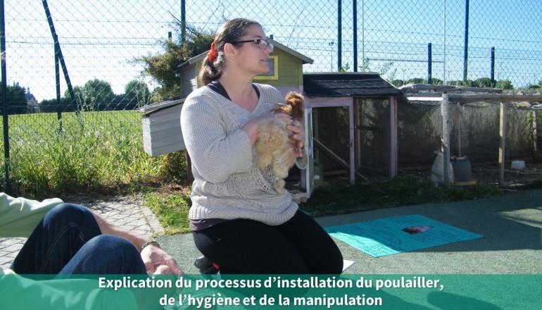 La directrice de l'Accueil de loisirs présente ses poules