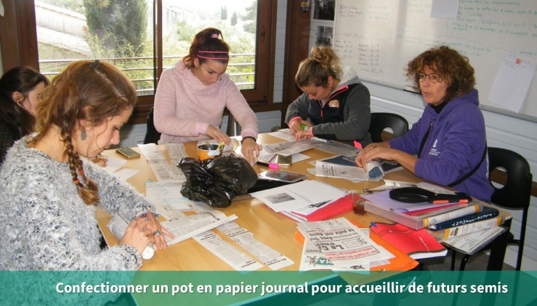Un groupe d'adulte apprend à confectionner un pot en papier journal