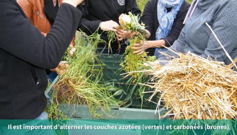 Différents déchets organiques vont au composteur comme de la paille ou de l'herbe
