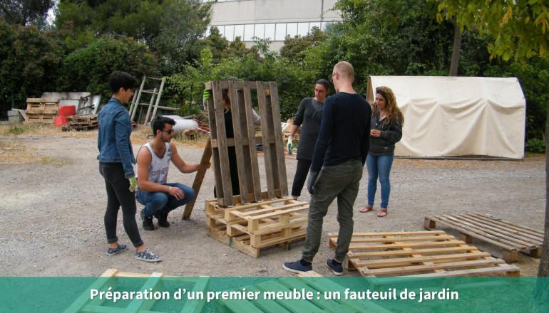des agents fabriquent un fauteuil de jardin