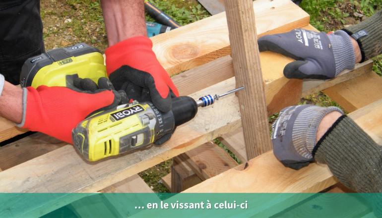 des mains en gros plan vissent un tasseau de bois