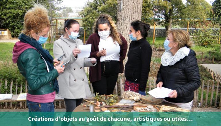 5 personnes observent des éléments naturels sur une table pour créer un objet