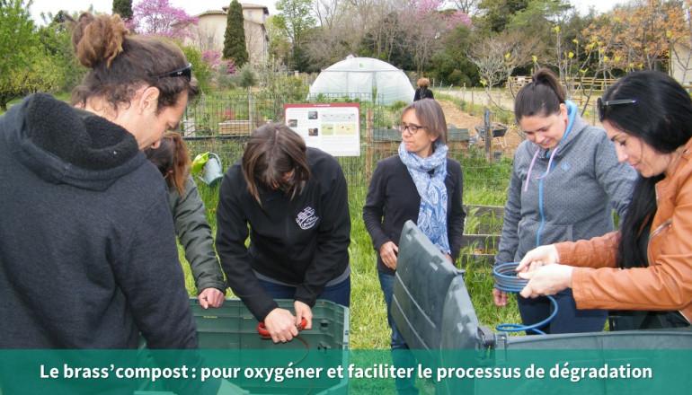 6 personnes aèrent le compost avec un brass'compost